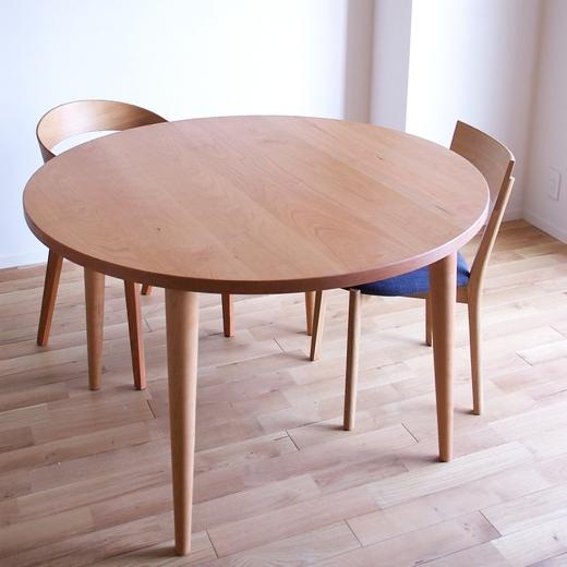 丸テーブルと2脚のチェア