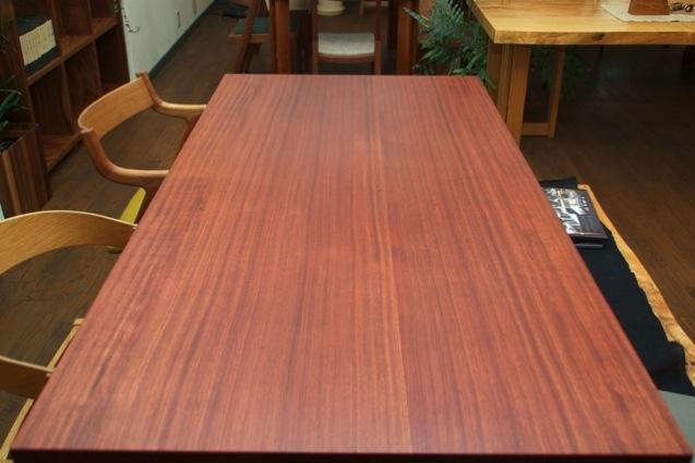 ブビンガ材の柾目テーブル