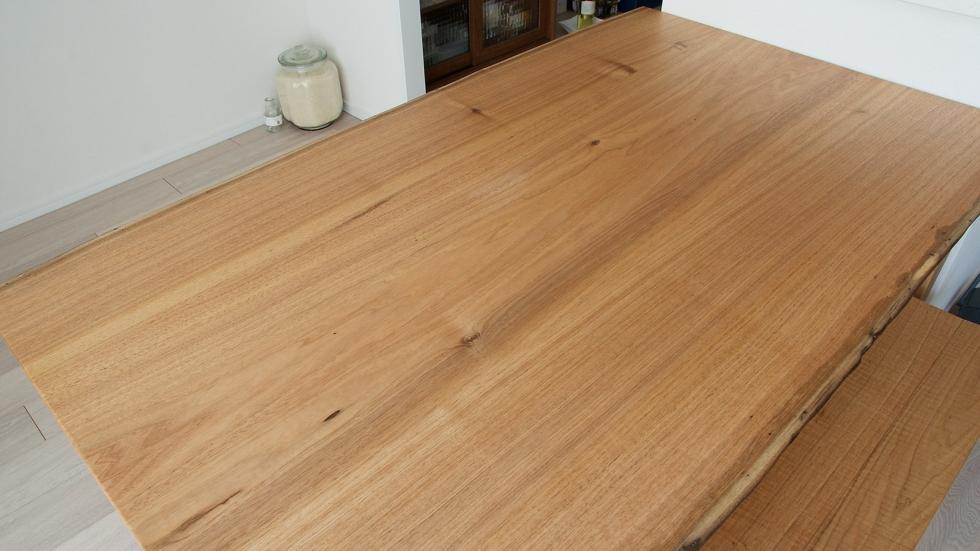納品事例:無垢クルミ材耳つきテーブル&ベンチ